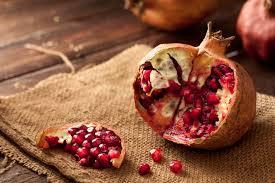 Un frutto di melograno aperto